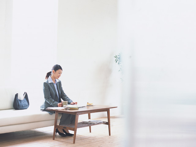 フロアの椅子に腰かけている女性