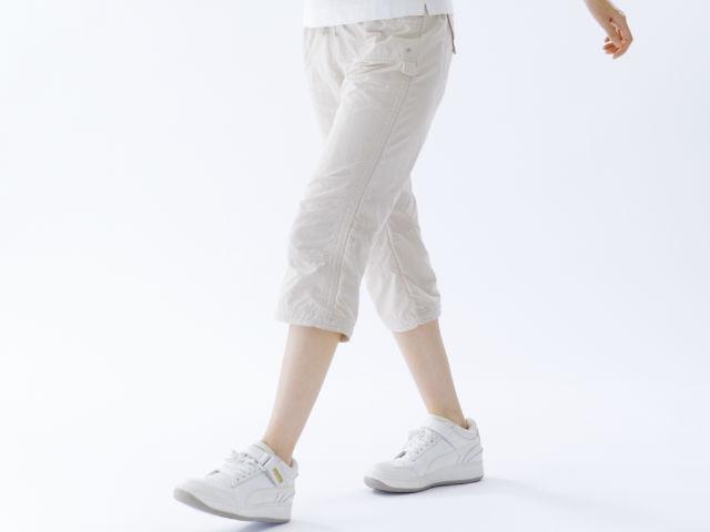 ウォーキングしている女性の足